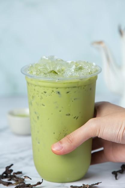 Thé Vert Glacé Matcha Sur Sol En Marbre C'est Un Délicieux Et Nutritif Photo gratuit