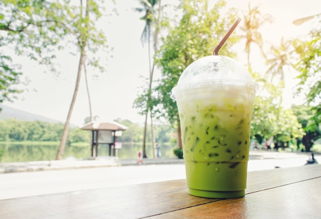 Thé vert glacé sur une table en été avec le fond naturel. Photo Premium