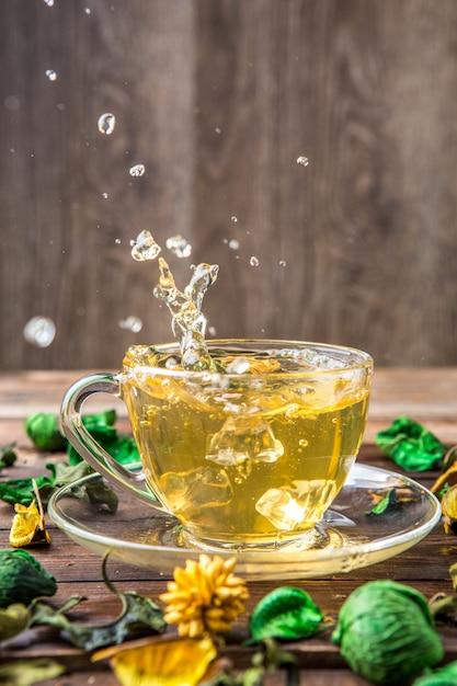 Thé vert avec gouttes Photo Premium