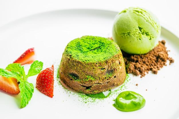 Thé vert lave au chocolat avec glace et fraise Photo gratuit