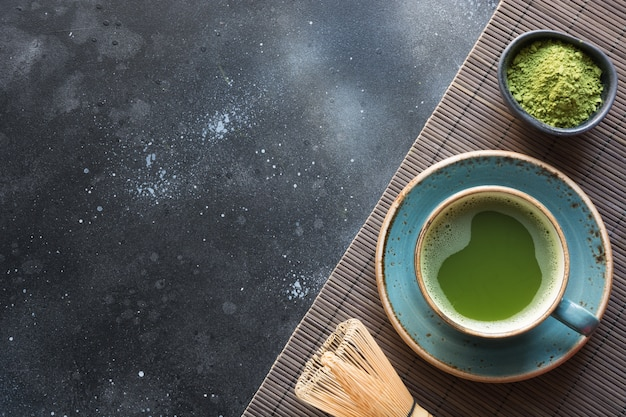 Thé vert matcha bio sur tableau noir. Photo Premium