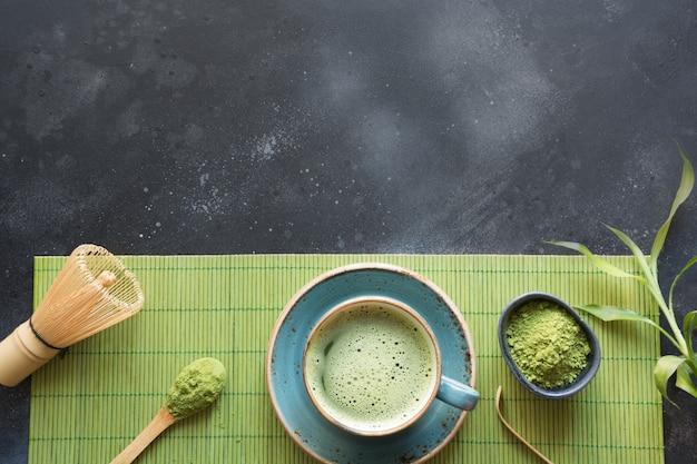 Thé vert matcha de cérémonie sur table noire. vue de dessus. espace pour le texte. Photo Premium
