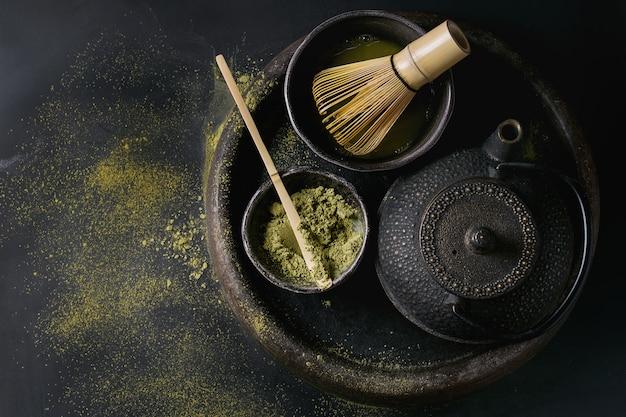 Thé vert matcha en poudre et boisson Photo Premium
