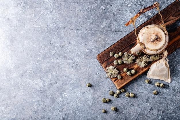 Thé vert avec théière en céramique Photo Premium
