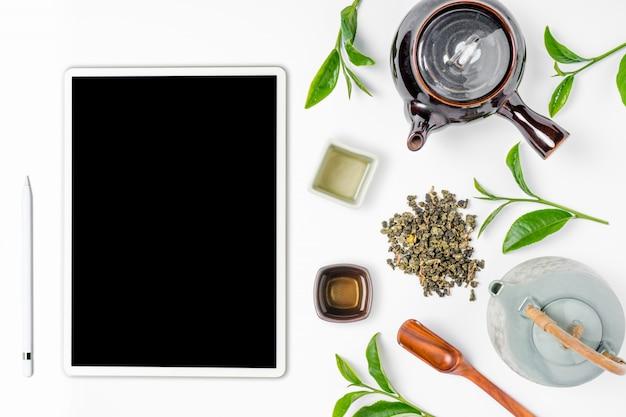 Thé vert en théière sur fond blanc. vue de dessus Photo Premium
