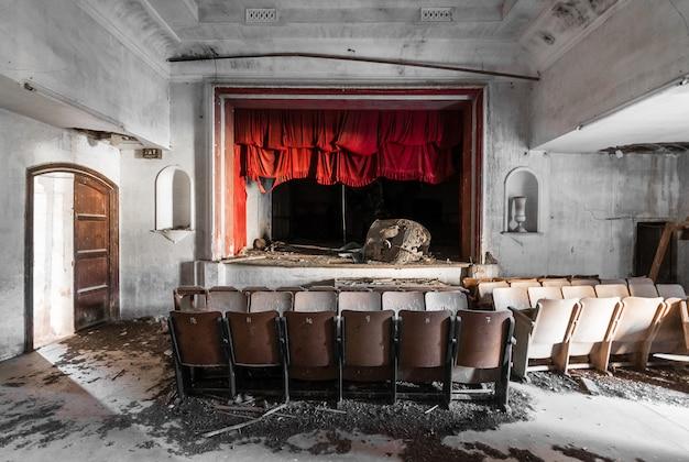 Théâtre Abandonné Et Solitaire Photo Premium