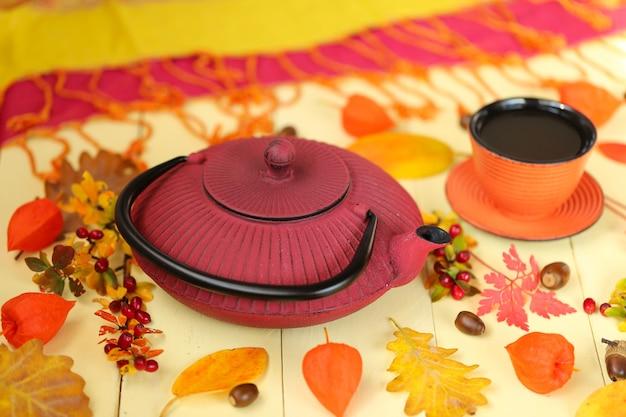 Théière d'automne, théière rouge dans le style asiatique Photo Premium