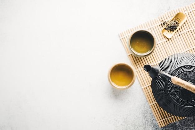 Théière avec du thé sur brillant Photo Premium