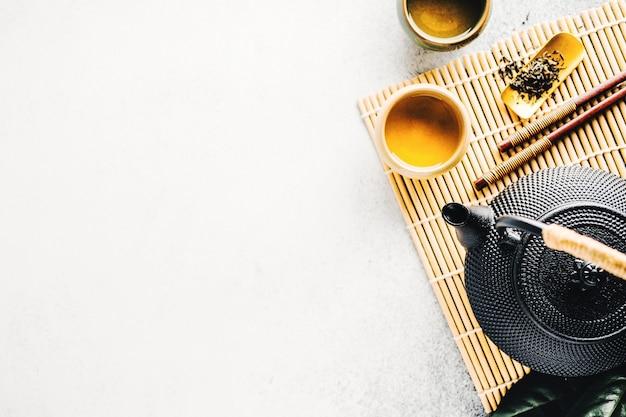 Théière avec du thé sur fond clair Photo Premium