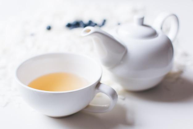 Théière et tasse en porcelaine blanche nacrée Photo gratuit