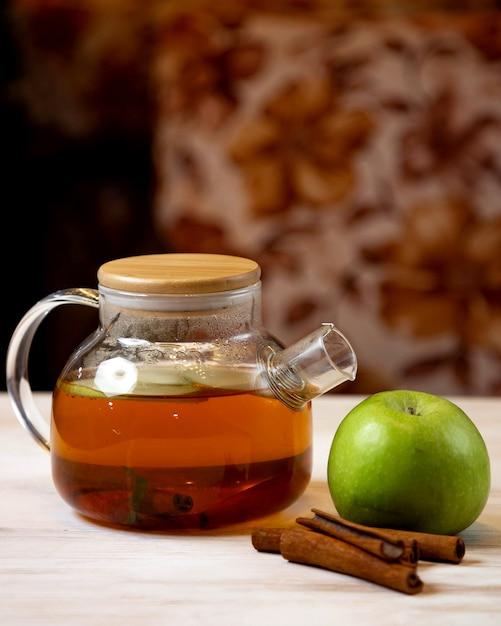 Théière Avec Tranches De Pomme Et Cannelle Photo gratuit