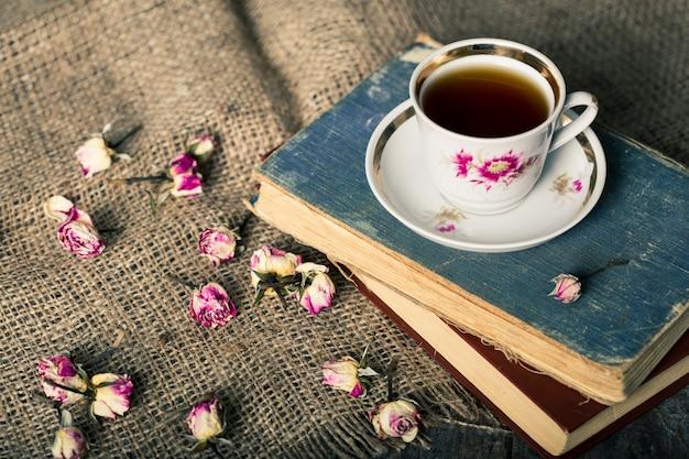 Théière vintage et tasse de fleurs de thé en fleurs Photo Premium