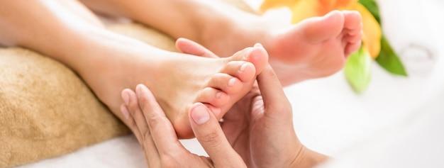 Thérapeute Professionnelle Donnant Un Massage Thaïlandais Aux Pieds à Une Femme Dans Un Spa Photo Premium