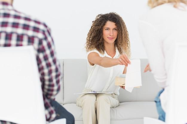 Thérapeute remettant un tissu à une femme lors d'une thérapie de couple Photo Premium