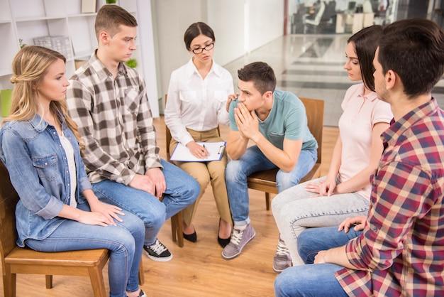 Thérapeute s'adressant à un groupe de réadaptation lors d'une séance de thérapie. Photo Premium