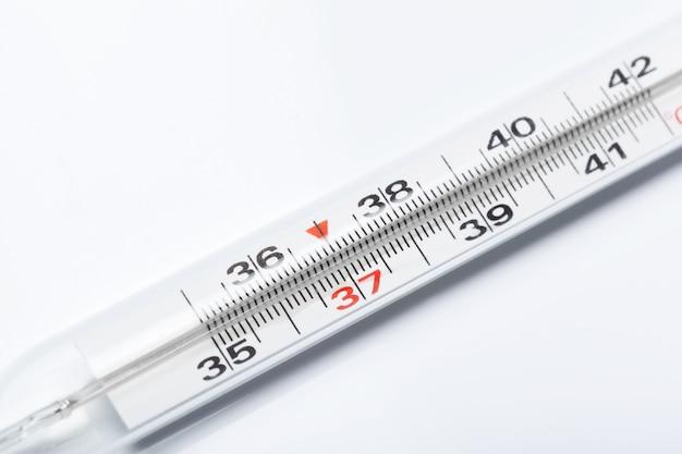 Thermomètre à mercure, isolé sur fond blanc Photo Premium