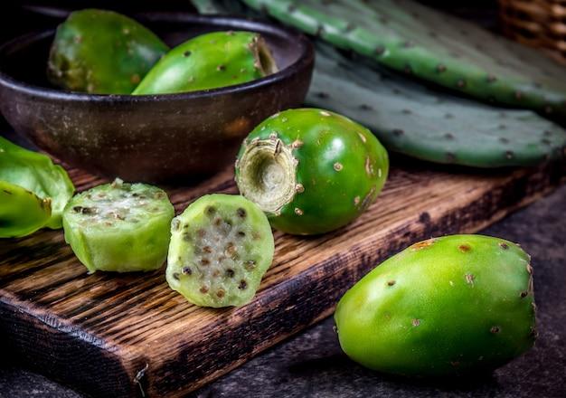 Thon, cactus, figue de barbarie, poire de cactus. Photo Premium
