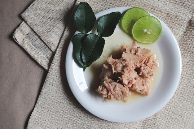 Thon en conserve, salade de thon, nourriture en conserve, plats préparés Photo Premium