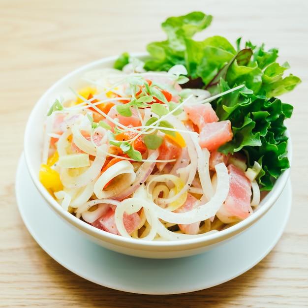 Thon Cru Et Frais Avec Salade De Légumes Photo gratuit