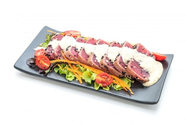 Thon frais cru avec salade de légumes et sauce Photo Premium
