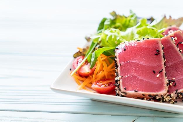 Thon frais cru avec salade de légumes Photo Premium