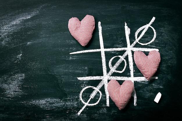 Tic tac toe jeu. l'amour ou le jour de concept saint-valentin avec chalkboar Photo gratuit