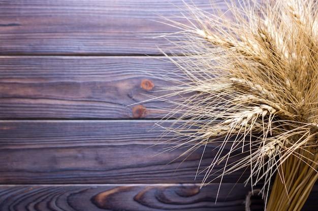 Tiges de blé, sur fond de bois concept de récolte Photo Premium
