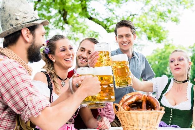 Tintement, verres, bière, pub bavarois Photo Premium