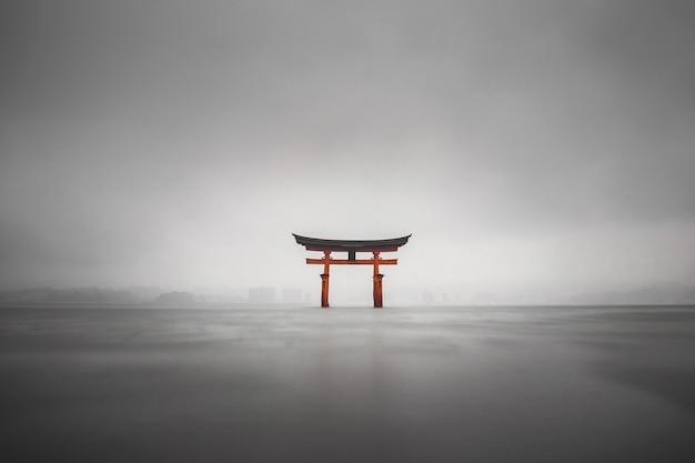 Tir Brumeux Du Torii Flottant De Miyajima, Japon Pendant La Pluie Photo gratuit