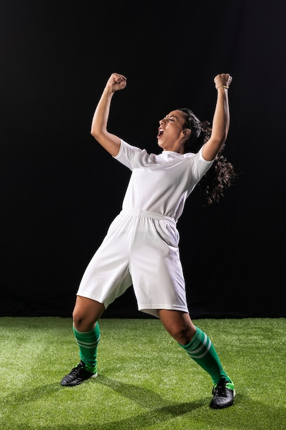 Tir complet femme sportive célébrant Photo gratuit