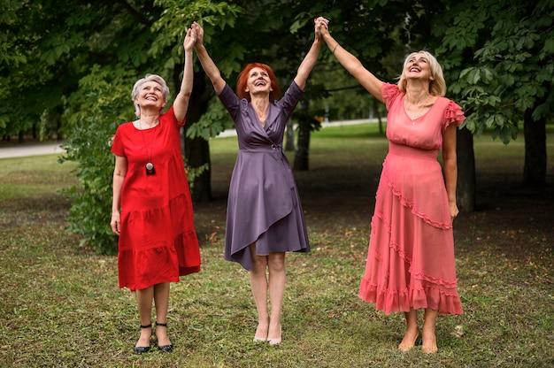 Tir complet femmes mûres élégantes Photo gratuit