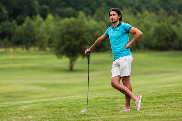 Tir Complet Golfeur Adulte Dans La Nature Photo gratuit