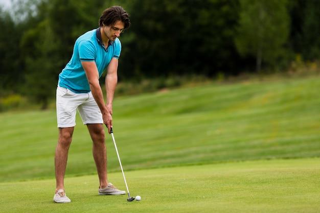 Tir complet homme adulte jouer au golf en plein air Photo gratuit