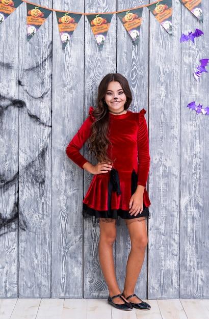 Tir complet jolie fille posant pour halloween Photo gratuit