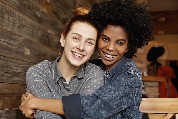 Tir Intérieur Tendre Doux De L'heureux Couple Homosexuel Interracial étreignant Et Câlins Au Café Photo gratuit