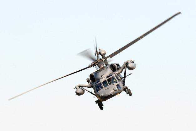 Tir Isolé à Faible Angle D'une Manœuvre De Faucon Militaire Photo gratuit