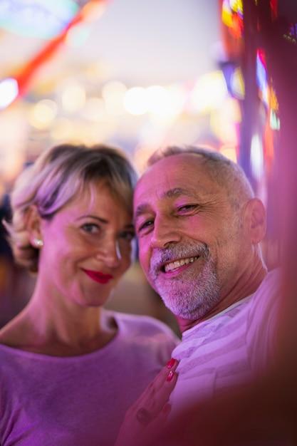 Tir Moyen Couple Heureux Selfie Photo gratuit