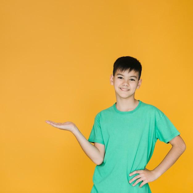 Tir moyen petit garçon posant Photo gratuit