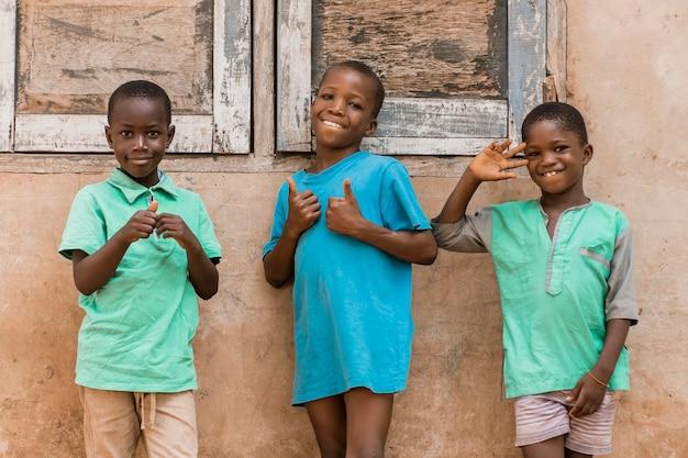 Tir Moyen Smiley Enfants Africains à L'extérieur Photo gratuit