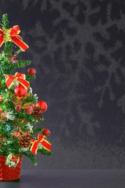 Tir Vertical D'un Arbre De Noël Avec Des Ornements Rouges Avec Un Fond D'espace Copie Gris Photo gratuit