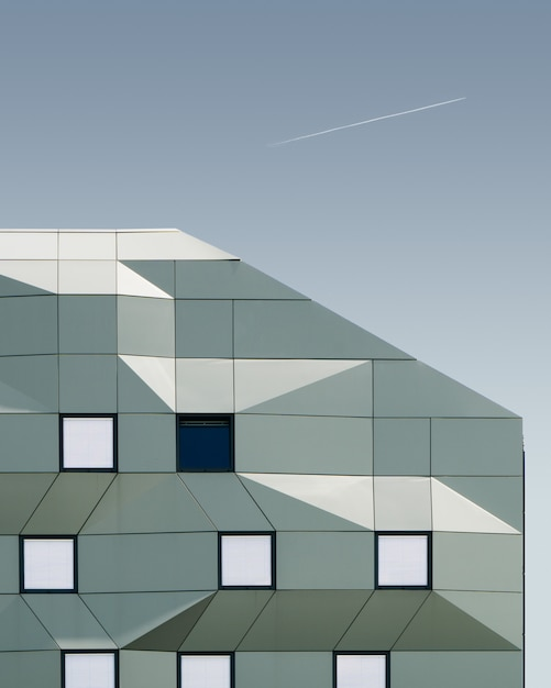 Tir Vertical D'un Bâtiment Géométrique Sous Le Ciel Bleu Photo gratuit