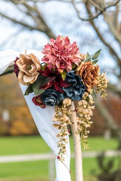 Tir Vertical D'une Belle Décoration De Mariage Bouquet De Fleurs Avec Un Arrière-plan Flou Photo gratuit