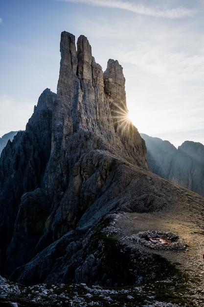 Tir Vertical D'une Cheminée Sur La Montagne Avec Un Ciel Bleu En Arrière-plan Photo gratuit
