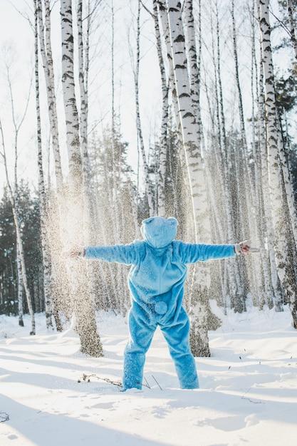 Tir Vertical D'une Personne Dans Un Costume Bleu Moelleux Profitant De La Lumière Du Soleil Photo gratuit