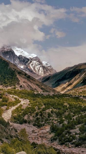 Tir Vertical D'une Rivière Ganga Avec Des Montagnes Couvertes De Neige Photo gratuit