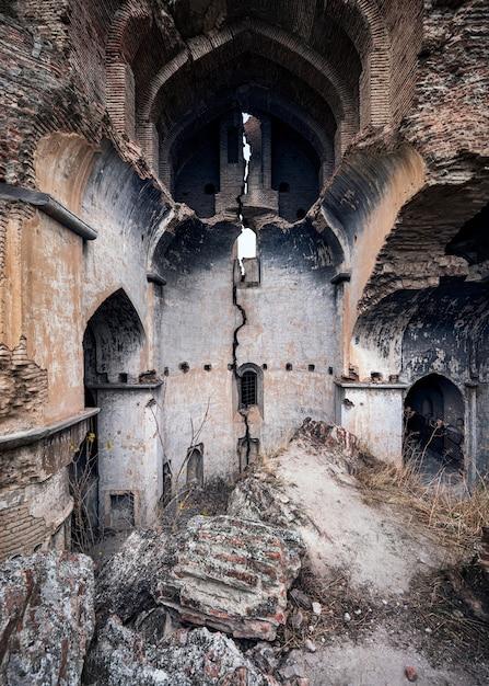 Tir Vertical Des Ruines De L'église à Tbilissi, Géorgie Photo gratuit
