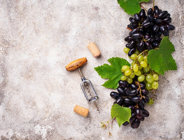Tire-bouchon vintage et raisin Photo Premium