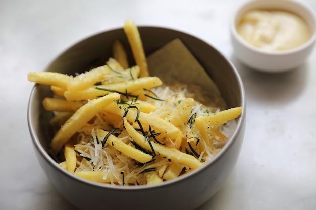 Tire des pommes de terre dans un apéritif Photo Premium