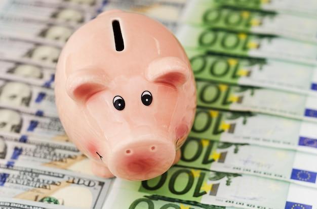 Tirelire billets de cent dollars et billets en euros de différentes dénominations Photo Premium