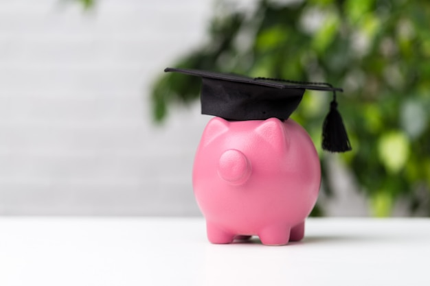 Tirelire Avec Chapeau De Graduation Photo Premium